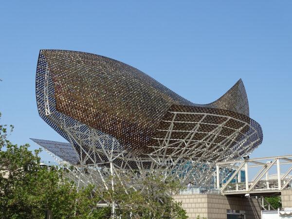 ゲーリー_El Peix fish sculpture located in front of the Port Olímpic